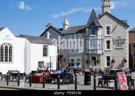 People drinking outside the Castle Court Hotel, Beaumaris, Anglesey, Wales - Stock Image
