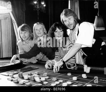 ABBA play roulette in the late-1970's (L-R) Björn Ulvaeus, Agnetha Fältskog, Anni-Frid Lyngstad (Frida), - Stock Image