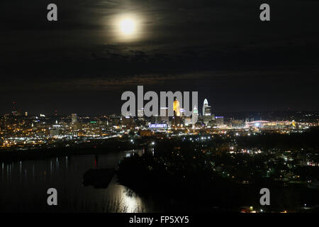 Moon over downtown Cincinnati at night with Ohio River - Stock Image