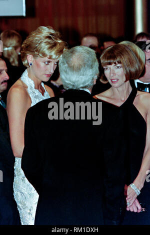 Diana, Princess of Wales chats with fashion designer Ralph Lauren, center, and Vogue Magazine editor Anna Wintour, right, during a charity gala fundraising event for the Nina Hyde Center for Breast Cancer Research September 24, 1996 in Washington, DC. - Stock Image