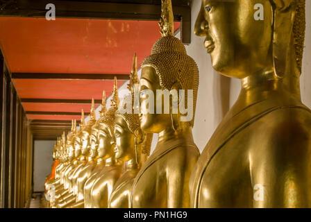 Row of Buddhas inside Wat Mahathat Worawihan Temple, Phetchaburi, Thailand | Reihe Buddhas im Wat Mahathat Worawihan Tempel, Phetchaburi, Thailand - Stock Image