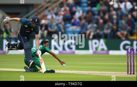 Pakistan's Hassan Ali tries to run out England's Chris Woakes during the One Day International match at Emerald Headingley, Leeds. - Stock Image