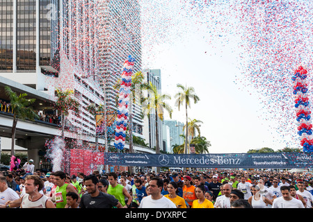 Crowds of runners at start of 2014 Mercedes-Benz Corporate Run in Miami, Florida, USA. - Stock Image