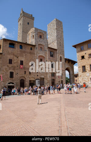 Tourists are standing in line for Gelateria Dondoli in San Gimignano, Tuscany, Italy - Stock Image