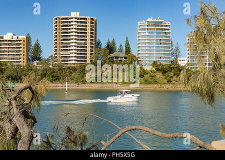 A recreation motorboat sails up the Mooloolah River at Mooloolaba, Sunshine Coast, Queensland, Australia - Stock Image