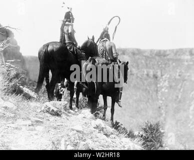 Edward S. Curtis Native American Indians -  Packs The Hat and Which Way, two Crow Indians on horseback, Montana ca. 1905 - Stock Image