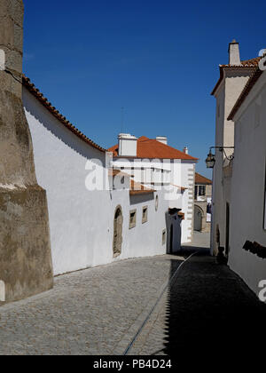 The narrow cobbled back streets of the ancient walled city of Evora, Portugal - Stock Image