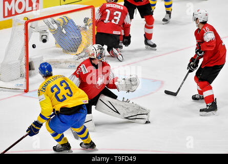 Bratislava, Slovakia. 18th May, 2019. From left hockey player of Sweden OLIVER EKMAN-LARSSON (scores), goalie of Switzerland RETO BERRA, RAPHAEL DIAZ of Sweden in action during the match Sweden against Switzerland within the 2019 IIHF World Championship in Bratislava, Slovakia, on May 18, 2019. Credit: Vit Simanek/CTK Photo/Alamy Live News - Stock Image