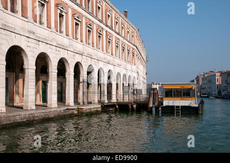 Rialto Mercato market Vaporetto fermata or stop on the Grand Canal Venice Italy with archways and porticos of Market - Stock Image