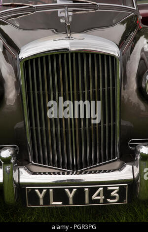 UK, England, Cheshire, Stockport, Woodsmoor Car Show, radiator of classic 1960 Bentley S2 saloon car on display - Stock Image