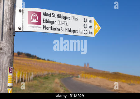 Hiking sign (Hildegardweg) heading to Eibingen Abbey (German: Abtei St. Hildegard), near Rüdesheim, Rheingau, Hesse, Germany. - Stock Image