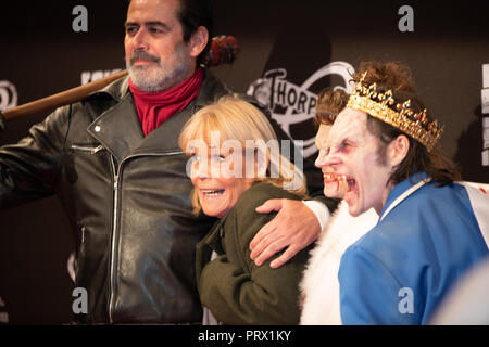 Chertsey, UK. 4th October 2018. Thrill seekers try the scare mazes of Fright Night at Thorpe Park. Actors dressed in horrific costumes provide the jumps. Birds Of A Feather star Linda Robson meets the Walking Dead. - Stock Image