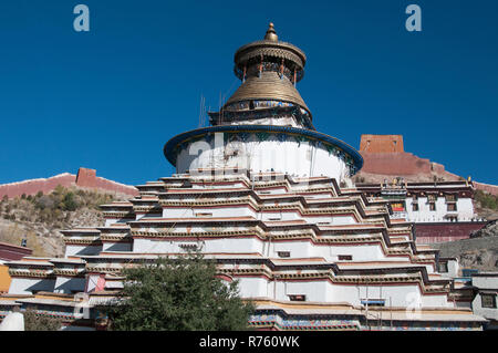 Snail-shell-shaped Gyantse Kumbum (1427 AD) within the Pelkhor Chode Monastery complex, Gyantse, the most important chorten of its kind in Tibet - Stock Image