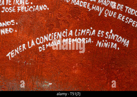 'El Mejunje de Silverio' indoors details of the famous place. Cuban humor phrase in Spanish and painted on the wall. The local landmark is a place of  - Stock Image