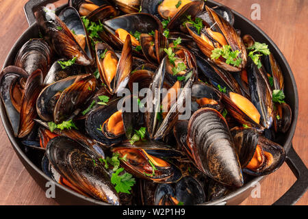 Marinara mussels, mules mariniere, in a braizer, close-up view - Stock Image