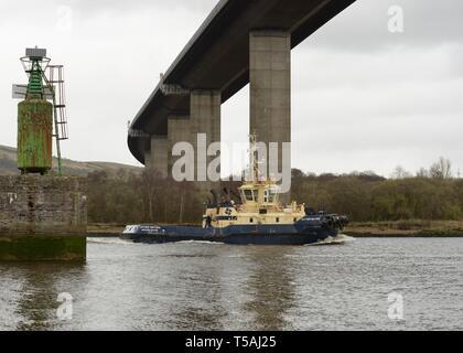 Tug boat 'Svitzer Milford' passes under the Erskine Bridge at Old Kilpatrick on it's way upriver to Glasgow, Scotland, UK - Stock Image