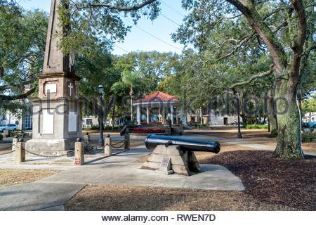 Monument and cast iron gun at the Plaza de la Constitucion in the historic district of Saint Augustine, Florida USA - Stock Image