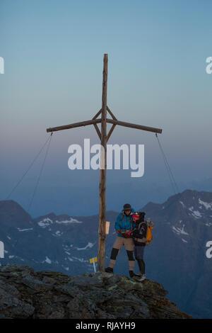 Bergsteiger am Gipfel des Grieskogel bei Morgendämmerung, Geigenkamm, Ötztaler Alpen, Tirol, Österreich. - Stock Image