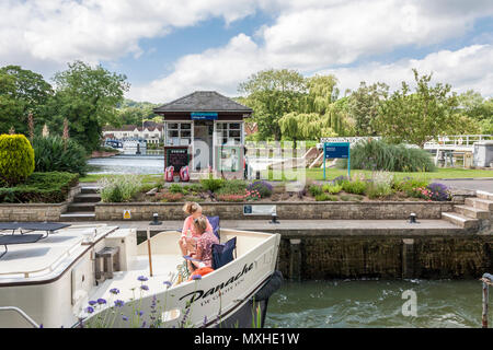 Tourists pass through Goring Lock on the river Thames, Oxfordshire, England, GB, UK - Stock Image