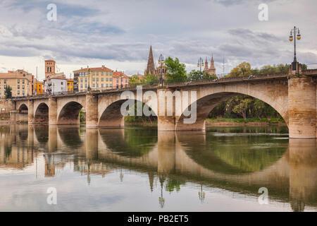 The Stone Bridge, Puenta de la Piedra, Logrono, La Rioja, Spain. The Camino de Santiago passes through the city. - Stock Image