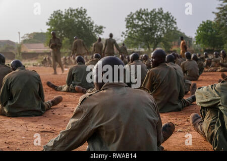 New recruits to the Burkina Faso Army with their heads shaved, exercise on a parade ground as part of their basic training at a base in Bobo-Dioulasso - Stock Image