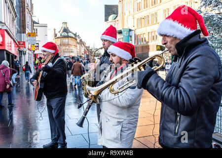 Festive buskers in a city centre. - Stock Image