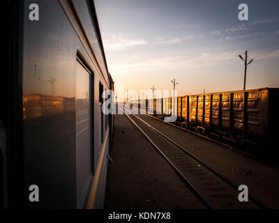 MONGOLIE, MAI 20 : Le train sillonne les steppes de Mongolie et traverse tout le pays dans sa hauteur, le 20 mai - Stock Image