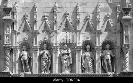 COMO, ITALY - MAY 8, 2015: The saints on the gothic portal of Duomo by sculptors of  Rodari family (1447 - 1498). - Stock Image