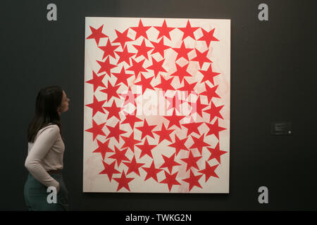 London, UK. 21st June, 2019.A Sotheby's  assistant with Cluster, 2015 Acrylic on linen by Charlene von Heyl. Estimate: £50,000-70,000 at the Sotheby's Contemporary Art Auction preview for the Evening sale on 26 June Credit: amer ghazzal/Alamy Live News - Stock Image