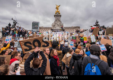 London, UK. 15th Mar 2019. Marching down the mall to the Victoria Monument - School students go on strike over the lack of action on climate change. They gather in Parliament square and march on Downing Street, blocking the streets around Westminster for over an hour. Credit: Guy Bell/Alamy Live News - Stock Image
