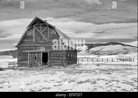 B&W Winter Old Barn Mountain Landscape - Stock Image