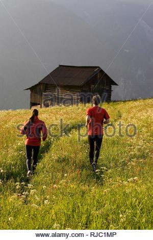 Paar bei Lauftraining in den Bergen, - Stock Image