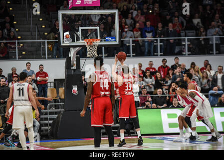 Germany, Bamberg, Brose Arena - 20 Jan 2019 - Basketball, German Cup, BBL - Brose Bamberg vs. Telekom Baskets Bonn - Image:Patrick Heckmann (Brose Bamberg, #33) sinks a free throw to give his team a 3-point lead with 0.8 seconds left in the game.  Photo: Ryan Evans Credit: Ryan Evans/Alamy Live News - Stock Image