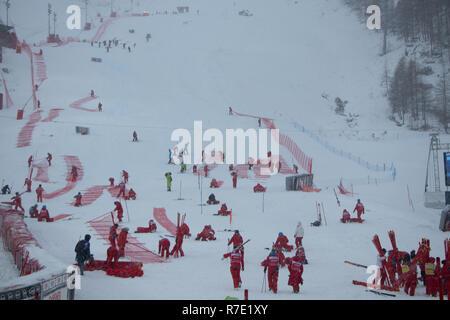 08 / 09  December 2018 Val d'Isère, France People working event Criterium de la Première Neige Audi FIS Alpine Ski World Cup 2019 slalom cancelled - Stock Image