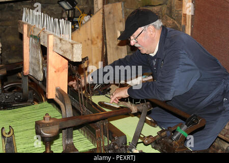 making Harris tweed in black houses isle of lewis - Stock Image