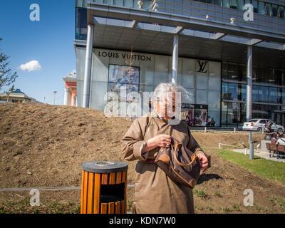 ULAN-BATOR, MAI 19 : Cette femme habillee encore en tenue locale attend le bus devant le plus grand centre commercial - Stock Image