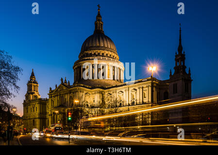 Traffic in front of St Paul's Cathedral at dusk, London, UK - Stock Image