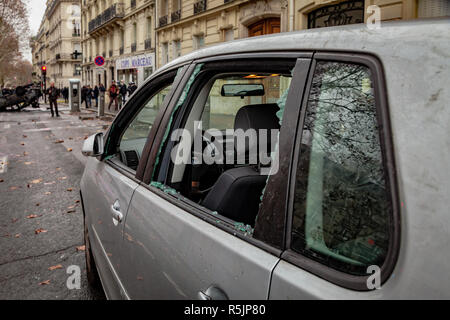 Paris, France. 1st December, 2018.  Shattered glass during the Yellow Vests protest against Macron politic. Credit: Guillaume Louyot/Alamy Live News - Stock Image
