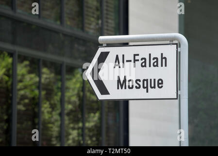 A street sign on Orchard Road in central Singapore pointing to the Al-Falah Mosque - Stock Image