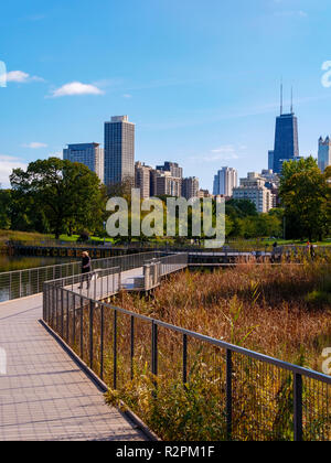 Lincoln Park Nature Area boardwalk and downtown Chicago skyline. - Stock Image