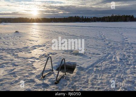 Finnland, Eisloch zum Baden im Winter - Stock Image
