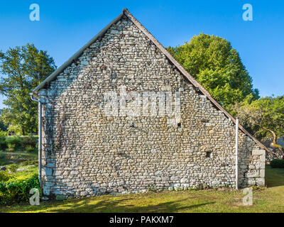 Textured wall of old stone barn, France. - Stock Image