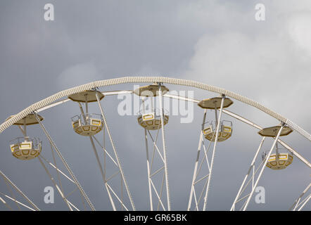 Ferrys Wheel in front of grey sky - Stock Image