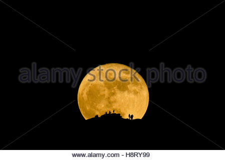 People watching as the Super Moon Rises over the Catalina Mountains north of Tucson, Arizona, November 14th 2016 - Stock Image