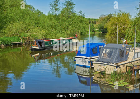 Narrow boat on the River Avon passing the site of the old ferry crossing at Offenham in Worcestershire - Stock Image