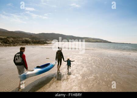 Family with canoe on beach, Loch Eishort, Isle of Skye, Hebrides, Scotland - Stock Image