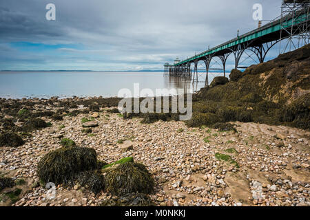 The beach and Victorian pier at Clevedon, Somerset, England. - Stock Image