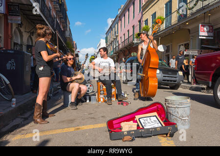 New Orleans street, view of a band playing blues and country music in Royal Street in the centre of the French Quarter (Vieux Carre), New Orleans,USA. - Stock Image