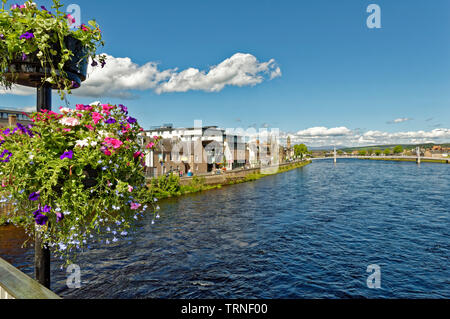 INVERNESS CITY SCOTLAND VIEW OVER RIVER NESS FROM NESS ROAD BRIDGE WITH FLOWERS TO HUNTLY STREET AND THE  WHITE GREIG STREET PEDESTRIAN BRIDGE - Stock Image