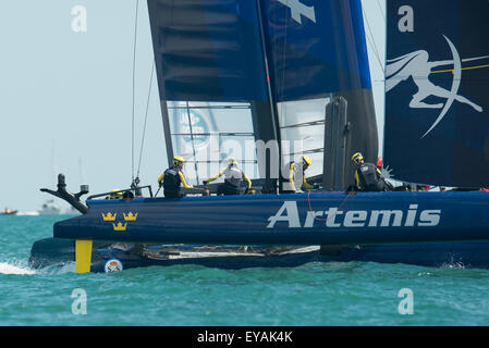 Portsmouth, UK. 25th July 2015. Artemis Team Sweden working hard during a turn at a windward mark during race two - Stock Image